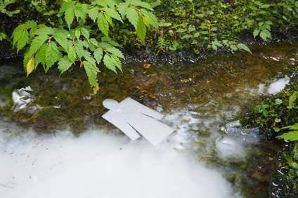 人形を川に流す