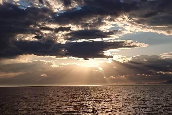 知床の海上に出現した天使の梯子